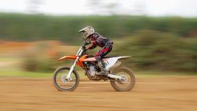 Cena do borrão de movimento de Dirtbike Fotografia de Stock Royalty Free