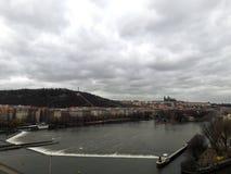 Cena do cenário da rua de Praga vista das peças velhas da cidade da cidade imagem de stock royalty free