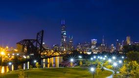 Cena do centro da noite da skyline de Chicago foto de stock