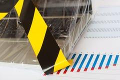 Portátil fixado pela polícia - fita e close up amarelos da folha foto de stock