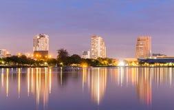 Cena do crepúsculo do lago e da cidade no parque de Benjakiti Imagens de Stock Royalty Free