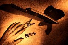 Cena do crime com mão inoperante da mulher e a faca sangrenta Imagens de Stock Royalty Free