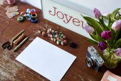 Cena do Desktop com tulipas e decoração da câmera Imagem de Stock Royalty Free