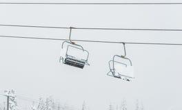 Cena do elevador de esqui com assentos sobre a montanha Imagens de Stock