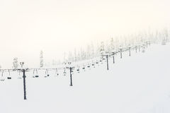 Cena do elevador de esqui com assentos sobre a montanha e os trajetos de s imagem de stock