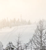 Cena do elevador de esqui sobre a montanha Fotografia de Stock