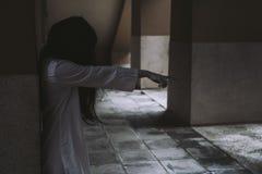 Cena do horror do filme de filme o Dia das Bruxas da morte da mulher do fantasma foto de stock royalty free
