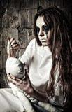 Cena do horror: menina louca estranha com boneca do moppet e agulha nas mãos fotografia de stock royalty free