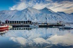 Cena do inverno na cidade pequena Siglufjordur de Islândia Foto de Stock Royalty Free