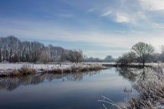 Cena do inverno sobre o rio Tamisa em Buscot, Oxfordshire imagens de stock royalty free