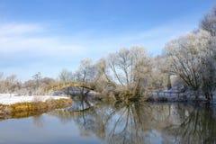 Cena do inverno sobre o rio Tamisa em Buscot, Oxfordshire foto de stock