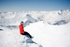 Cena do inverno: sonhando a menina sozinha na parte superior de uma montanha Copie o espaço no lado superior imagens de stock royalty free