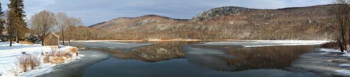 Cena do lago da montanha do inverno com a cabine em Berkshires fotografia de stock