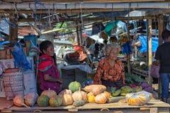 Cena do mercado em Maumere, Flores imagens de stock