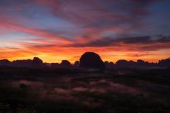Cena do nascer do sol e do céu bonito em Krabi imagens de stock