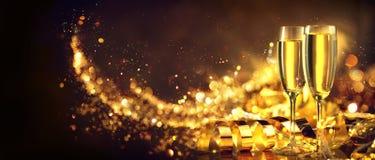 Cena do Natal Champanhe do feriado sobre o fundo do fulgor dourado Natal e celebração do ano novo Duas flautas com vinho espumant fotos de stock royalty free