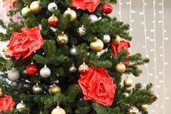 A cena do Natal com árvore decorou brinquedos Fotografia de Stock Royalty Free