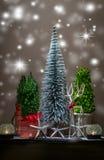 Cena do Natal com as árvores de prata e verdes e fundo bandeja-marrom escuro Foto de Stock