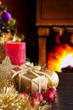 Cena do Natal com chaminé e árvore de Natal Fotos de Stock Royalty Free