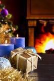 Cena do Natal com chaminé e árvore de Natal Imagens de Stock Royalty Free
