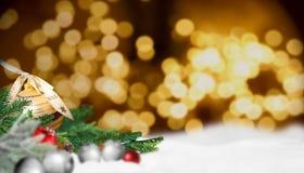 Cena do Natal com neve e bolas do Natal Fotos de Stock