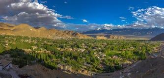Cena do panorama da cidade de Leh no tempo do por do sol Imagens de Stock