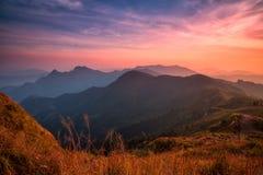 Cena do por do sol com o pico da montanha e do cloudscape no qui de Phu Fotos de Stock Royalty Free