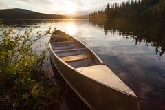 Cena do por do sol da canoa de Yukon Canadá do lago frenchman fotografia de stock royalty free