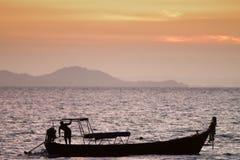 Cena do por do sol do barco fotos de stock royalty free