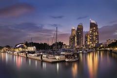 Cena do por do sol em reflexões na baía de Keppel, Harbourfront, Singapura Fotografia de Stock Royalty Free