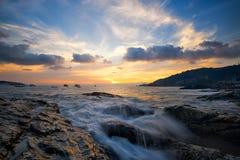 Cena do por do sol bonito na praia de Kalim imagens de stock