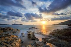 Cena do por do sol bonito na praia de Kalim fotos de stock