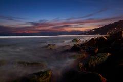 Cena do por do sol e do céu bonito na praia de Kalim imagem de stock