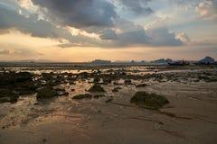 Cena do por do sol na praia durante a maré baixa fotos de stock
