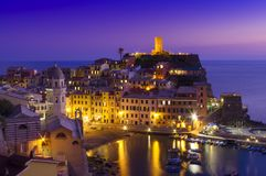 Cena do por do sol perto da costa de mar de Vernazza Foto de Stock