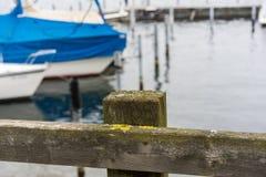 Cena do porto do lago com barcos e água foto de stock