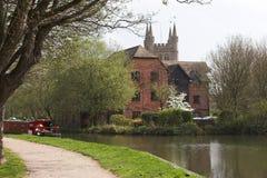 Cena do rio com barco & a casa estreitos Imagens de Stock Royalty Free