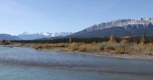 Cena do rio de Athabasca nas montanhas rochosas 4K filme