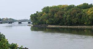 Cena do rio vermelho em Winnipeg, Manitoba 4K vídeos de arquivo