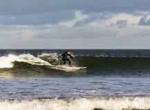 Cena do surfista no Moray, Escócia, Reino Unido. fotos de stock