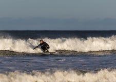 Cena do surfista no Moray, Escócia, Reino Unido. foto de stock