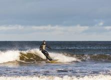 Cena do surfista no Moray, Escócia, Reino Unido. fotos de stock royalty free