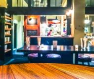 A cena do tampo da mesa de madeira com sumário borrou o fundo em op Fotografia de Stock