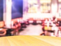 A cena do tampo da mesa de madeira com sumário borrou o fundo no restaurante aberto Fotografia de Stock