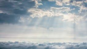 cena do Tempo-lapso do céu nebuloso com raio da luz do sol sobre a cidade