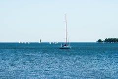 Cena do verão de barcos de navigação pequenos na baía de Chesapeake Foto de Stock