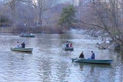 Cena dos povos que apreciam o esporte de barco no lago no Central Park, New York Fotos de Stock Royalty Free