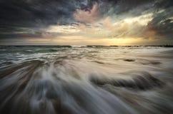 Cena dramática da praia com as nuvens muito boas fotografia de stock