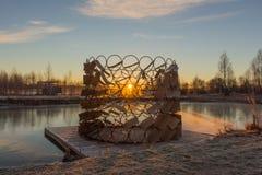 Cena dramática do inverno Sun através dos ramos das árvores Imagens de Stock Royalty Free