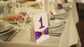Cena elegante exquisita del banquete de la tabla de la boda de la porción hermosa con el vidrio metrajes